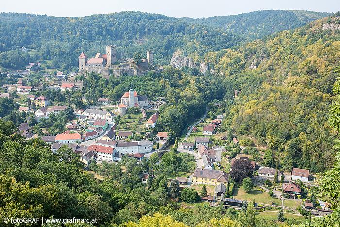 Hardegg ist die einzige Ortschaft im Nationalpark Thayatal und mit rund 80 Einwohnern, die hier ihren Hauptwohnsitz haben, ist Hardegg auch die kleinste Stadt Österreichs.