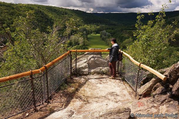 Der neue Aussichtspunkt bietet einen fantastischen Blick auf die Mäander der Thaya und den Weinberg Šobes.